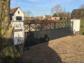 Prefab-Kruis-poort geplaatst in Wijngaarden