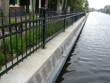 Hekwerk langs het water in Leiden